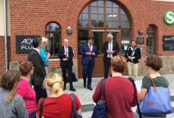 Oliver Mietzsch (ZVNL), Frank Bretzger (DB Regio) und OBM Karsten Schütze (von links) bei der Eröffnung des Video-Reisezentrums am Bahnhof Markkleeberg. Foto: ZVNL