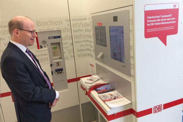 Oliver Mietzsch testet das neue Video-Reisezentrum. Foto: ZVNL