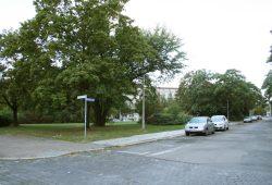 Jetzt noch Grünfläche: das Filetstück am Wilhelm-Leuschner-Platz. Foto: Ralf Julke