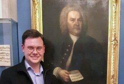 Eric Buchmann vor dem Bach-Porträt. Foto: Robert Grolms