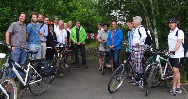 Die Radfahrer aus Leipzig und Markranstädt am Endpunkt des Markranstädter Teilstücks des Elster-Saale-Radwegs. Foto: Grüne Fraktion Leipzig