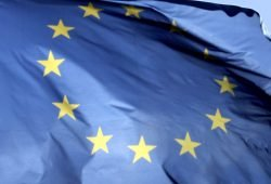 Europa-Flagge im Frühlingswind. Foto: Ralf Julke
