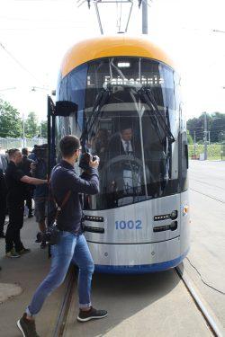 Fototermin mit Minister Dulig am Steuer der Bahn. Foto: Ralf Julke