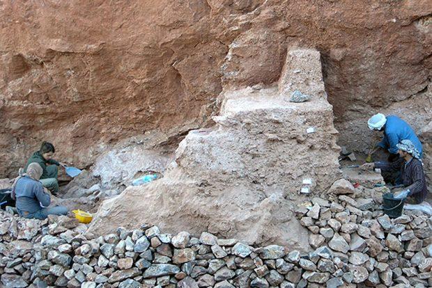 Die Ausgrabungsstätte bei Jebel Irhoud (Marokko): Die Fossilien wurden in den Sedimenten vor der Stelle gefunden, an der die beiden Archäologen links arbeiten. Foto: Shannon McPherron, MPI EVA Leipzig (License: CC-BY-SA 2.0)