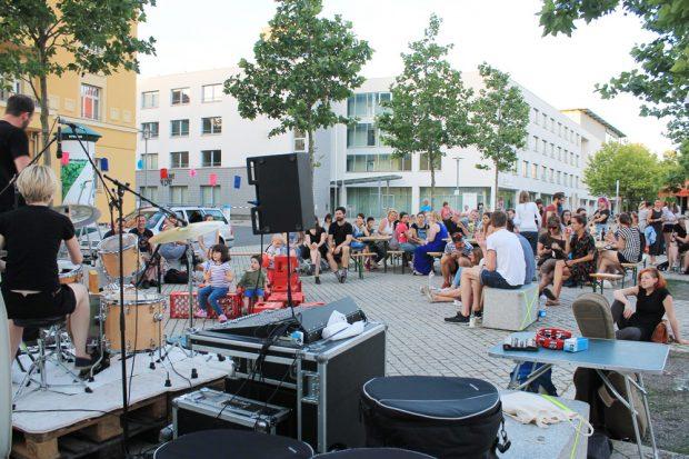 Lichtspiele am Huygensplatz: Band-Auftritte, Kunstvorträge und Kurzfilme zogen viele Besucher an. Foto: Alena Endres, ISB, Universität Leipzig