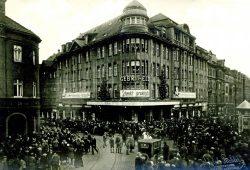 Legende: Kaufhaus Gebrüder Held, Merseburger Straße/Ecke Demmeringstraße, um 1930. Foto: SGM