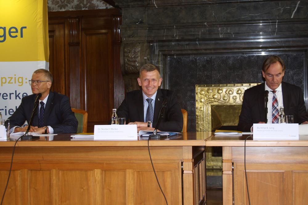 Bilanzpressekonferenz mit Volkmar Müller, Norbert Menke und Burkhard Jung (von links). Foto: Ralf Julke