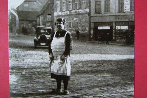 """Berta Rose vor dem Kaufhaus """"Britania"""". Quelle: Stadtverwaltung Borna"""