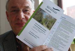 Wolfgang Stoiber mit Programm zum Auensymposium. Foto: Ralf Julke