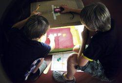 Aus vielen Einzelaufnahmen mit der Trickbox entsteht ein kurzer Trickfilm. Foto: UNIKATUM Kindermuseum