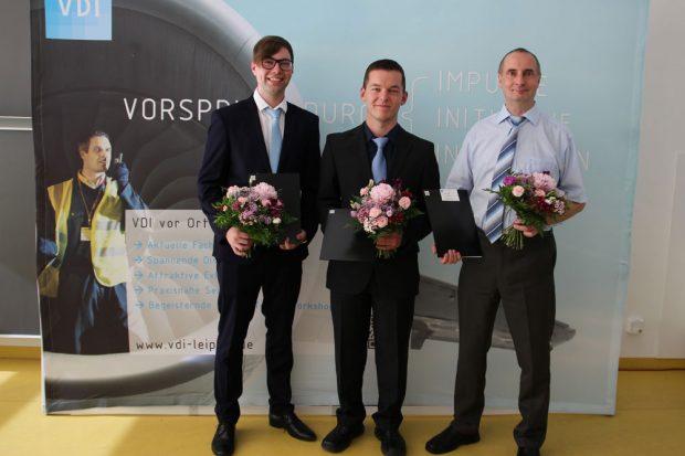 Die drei Preisträger des VDI-Förderpreises 2017 (v.l.n.r.): Georg Jenschmischek, Sebastian Maaß und - stellvertretend für Aaron Rüdiger – Prof. Detlef Riemer. Foto: VDI Bezirksverein Leipzig e.V.