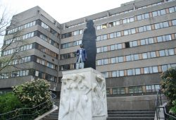 Richard-Wagner-Denkmal vor Stasi-Neubau. Foto: Ralf Julke