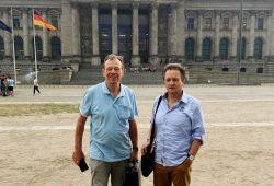 """Dr. Lutz Weickert und Matthias Zimmermann am 30. Mai vorm Termin im Petitionsausschuss des Bundestages. Foto: BI """"Gegen die neue Flugroute"""""""