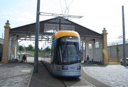 Die neue XL vorm alten Portikus in Dölitz. Foto: Ralf Julke