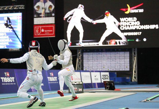 Benjamin Kleibrink (re.) gegen Gustavo Alarcon (Chile) - im Florett-Teamwettbewerb. Foto: Jan Kaefer