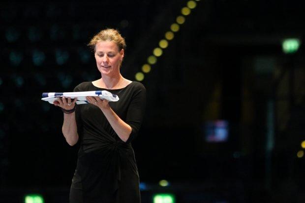 Claudia Bokel - die Präsidentin des DFeB - übergibt die Fahne des Weltverbandes FIE an China, den WM-Gastgeber 2018. Foto: Jan Kaefer