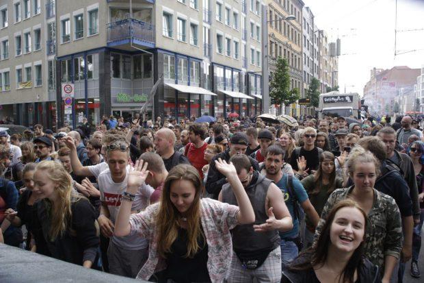 Bei Wagen 4 sind die Tanzenden dicht gedrängt. Foto: L-IZ.de