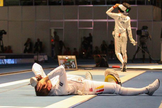 Richard Schmidt machte mit seinem Sieg gegen Satoru Uyama den Einzug ins Degen-Halbfinale perfekt - und ging vor Glück zu Boden. Foto: Jan Kaefer
