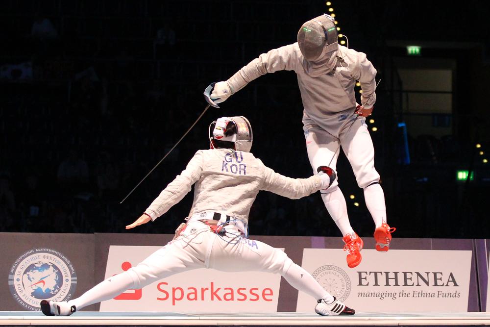 Das Team-Finale im Männersäbel verwöhnte die Zuschauer mit spektakulären Szenen. Foto: Jan Kaefer