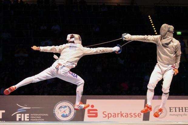 Stürmische Südkoreaner (links Junghwan Kim) holten gegen Ungarn überlegen Säbel-Gold. Foto: Jan Kaefer