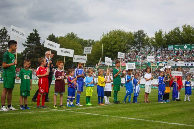 Symbolische Eröffnung der Regionalliga Nordost-Saison, bei der jede Mannschaft durch ein Kind vertreten war. Foto: Jan Kaefer