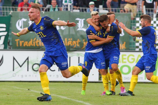 Robert Zickert (li.) bejubelt sein Tor zum 1:0. Es sollte letztlich der Siegtreffer sein. Foto: Jan Kaefer