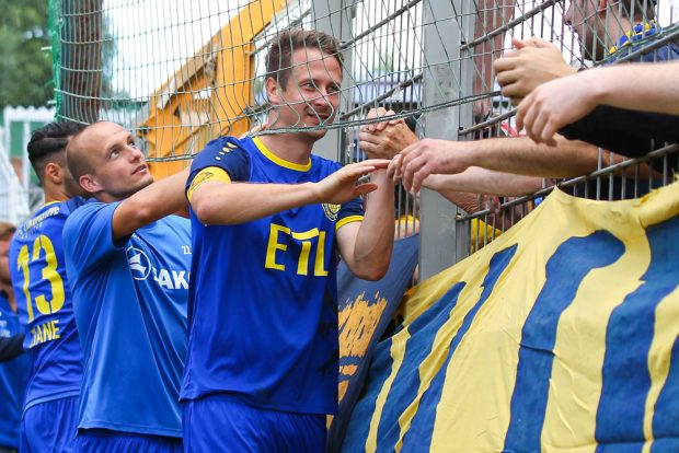 Markus Krug, Andy Wendschuch und Kollegen bedanken sich bei den Lok-Fans. Foto: Jan Kaefer