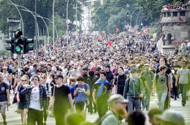 Tausende demonstrieren am Nachmittag des 07.07. an den Landungsbrücken in Hamburg gegen G20. Foto: Tim Wagner