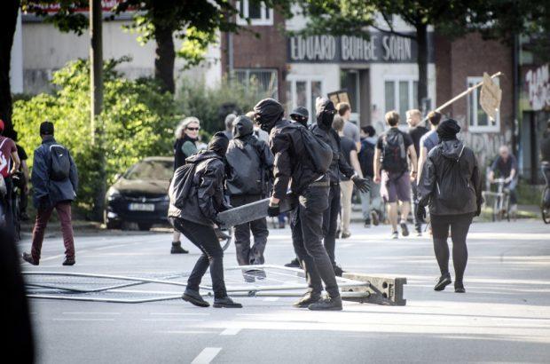 Autonome errichten eine Straßenblockade. Foto: Tim Wagner