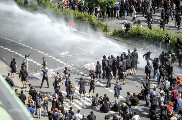 Demonstranten und Polizeieinsatz an den Landungsbrücken in Hamburg am Nachmittag des 07.07. Foto: Tim Wagner
