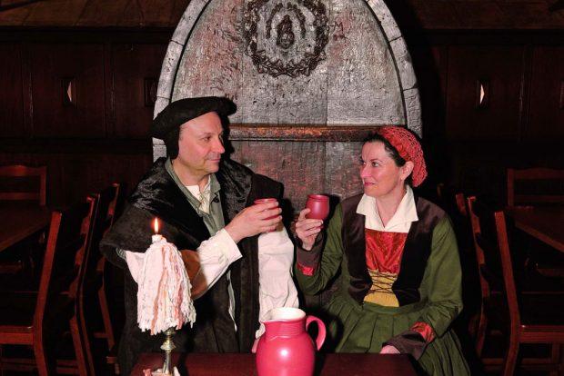 Zur geselligen Tafelrunde mit dem Ehepaar Luther lädt der Auerbachs Keller im kommenden Jahr gleich an neun Terminen. Die Schauspieler Matthias Bega und Maja Chrenko verkörpern das berühmte Paar. Foto: Olaf Jäger