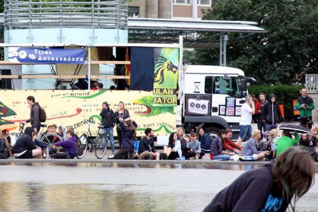 Die Wagen rings um den Mittelbrunnen am Augustusplatz. Foto: L-IZ.de