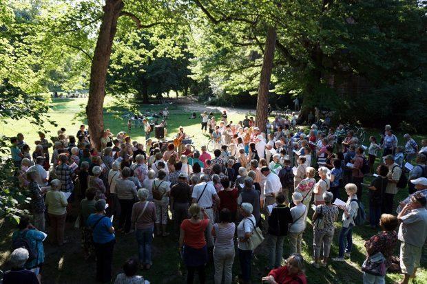 Bürgersingen im Johannapark - über 200 Leipzigerinnen und Leipziger singen jeden Mittwoch 17 Uhr an der Lutherkirche. Foto: Bürgerstiftung