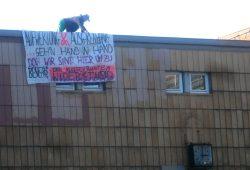 """Solidaritätsaktionen in ganz Leipzig am 30. Juli mit dem """"Black Triangle"""": Besetzung am alten Postbahnhof. Foto: Squat Support LE"""