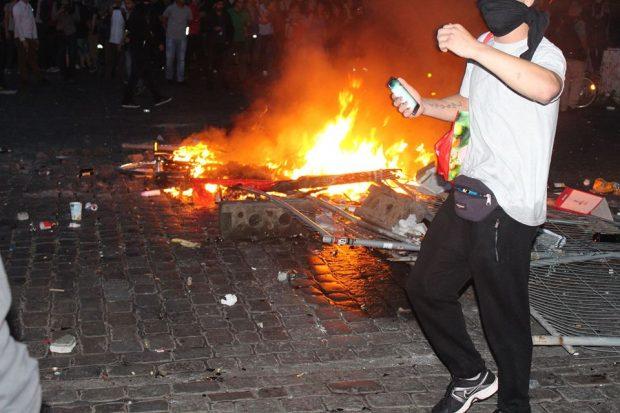 Brand im Schanzenviertel - nichts wie raus hier. Foto: Jürgen Kasek