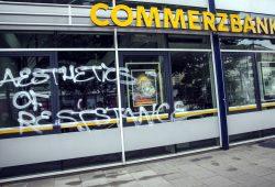 Fenster eingeschlagen, Botschaft hinterlassen. Eine Commerzbank-Filiale in Hamburg. Foto: Tim Wagner