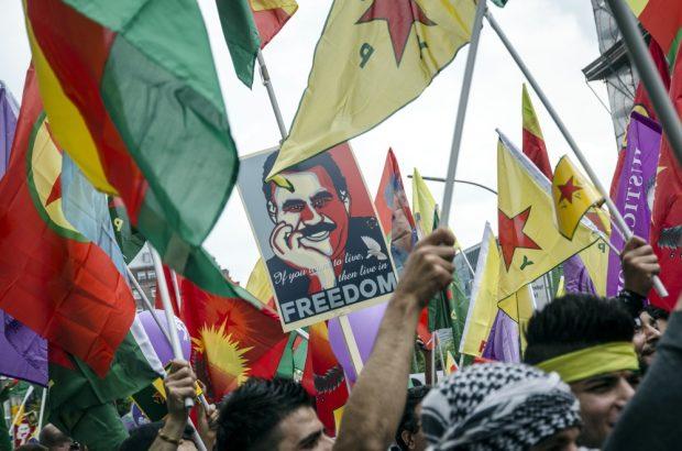 Kurdische Demonstriedende auf der Demo fordern Freiheit für Abdullah Öcalan in der Türkei. Foto: Tim Wagner