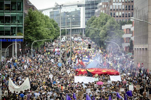 Friedlicher Protest als Kontrast zu den Bildern der Zerstörung. Foto: Tim Wagner