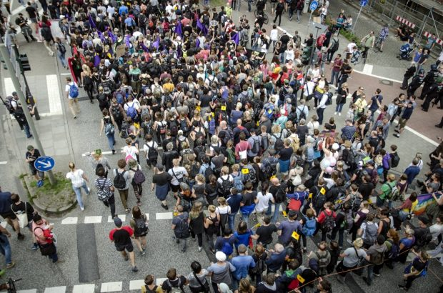 Übersichtsfoto der Demonstration, Teile der Reihen laufen untergehakt in Ketten. Foto: Tim Wagner