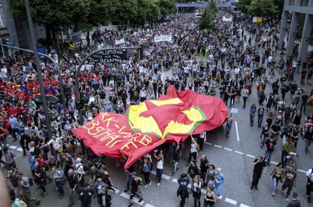 Große PKK Fahne in der Demonstration. Foto: Tim Wagner