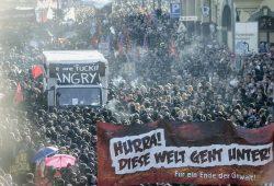 Es begann mit markigen Parolen und endete dramatisch. Die Welcome to hell - Demo. Foto: Tim Wagner