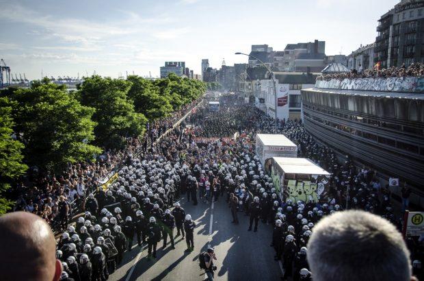 """Übersicht/Blick auf die """"Welcome to Hell"""" Demonstration am Hamburger Fischmarkt, gegen den G20 Gipfel, bevor diese geräumt wird. Foto: Tim Wagner"""