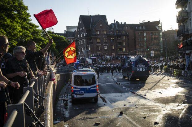"""Situation am Fischmarkt, nachdem die """"Welcome to Hell"""" Demonstration gegen den G20 Gipfel von der Polizei aufgelöst wurde. Foto: Tim Wagner"""