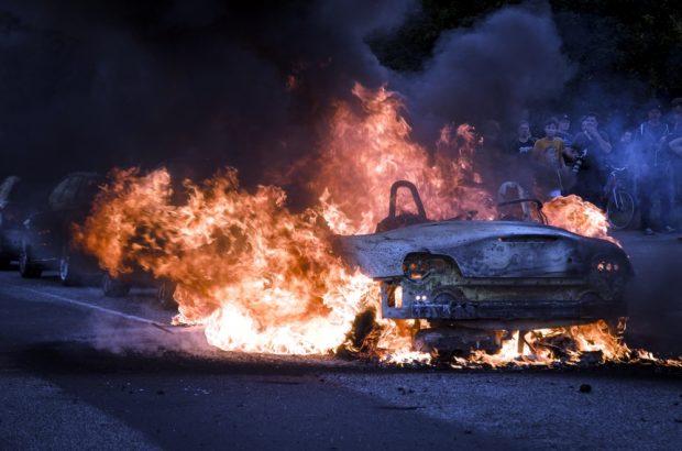 Ein Auto brennt nicht weit vom Fischmarkt, nachdem die Welcome to Hell Demonstration von der Polizei zerschlagen wurde. Foto: Tim Wagner