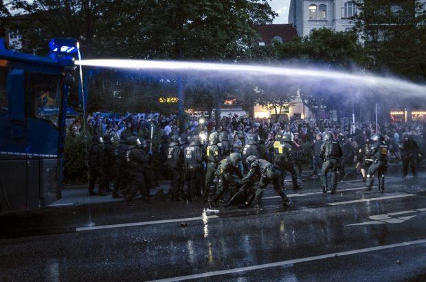 Wasserwerfer Einsatz gegen Demonstranten und Schaulustige am neuen Pferdemarkt am Abend des 06.07.2017. Foto: Tim Wagner
