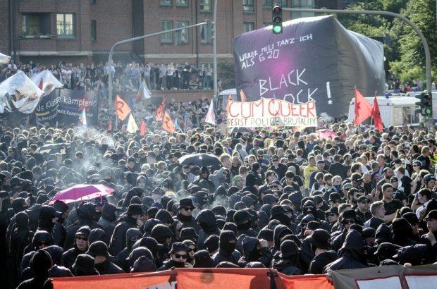 """Übersicht """"Welcome to Hell"""" Demo am Hamburger Fischmarkt gegen den G20 Gipfel. Mit dem Transparent: Cum Queer, resist police brutality"""". Foto: Tim Wagner"""