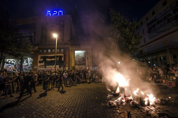 In der Nacht vom 06.07.2017 brennt eine kleine Barrikade vor der Roten Flora bei den Protesten gegen den G20 Gipfel. Foto: Tim Wagner