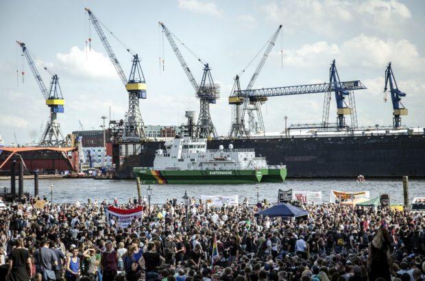 """Auftakt der """"Welcome to Hell"""" Demonstration gegen den G20 Gipfel auf dem Fischmarkt. Im Hintergrund der Hamburger Hafen. Foto: Tim Wagner"""