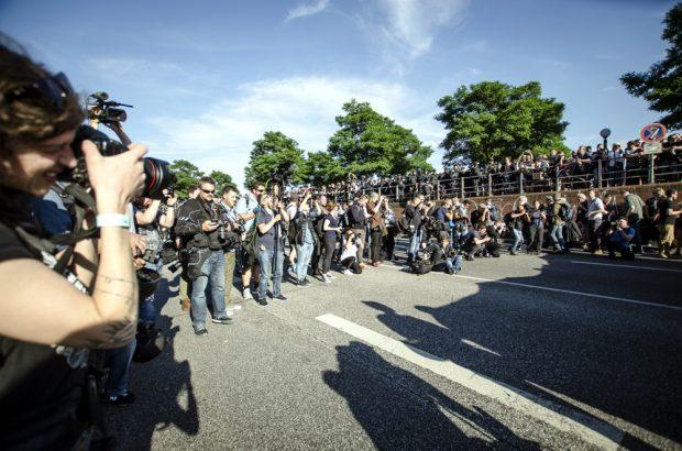 """Dutzende Presse Menschen stehen vor dem Fronttransparent der """"Welcome to Hell"""" Demo am Hamburger Fischmarkt. Foto: Tim Wagner"""