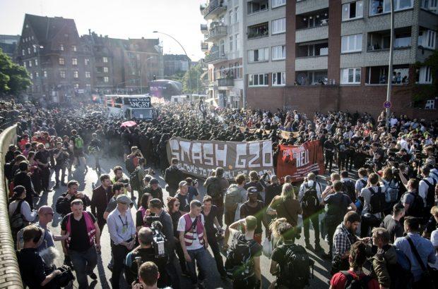 """Aufstellung der """"Welcome to Hell"""" Demo am Hamburger Fischmarkt. Foto: Tim Wagner"""